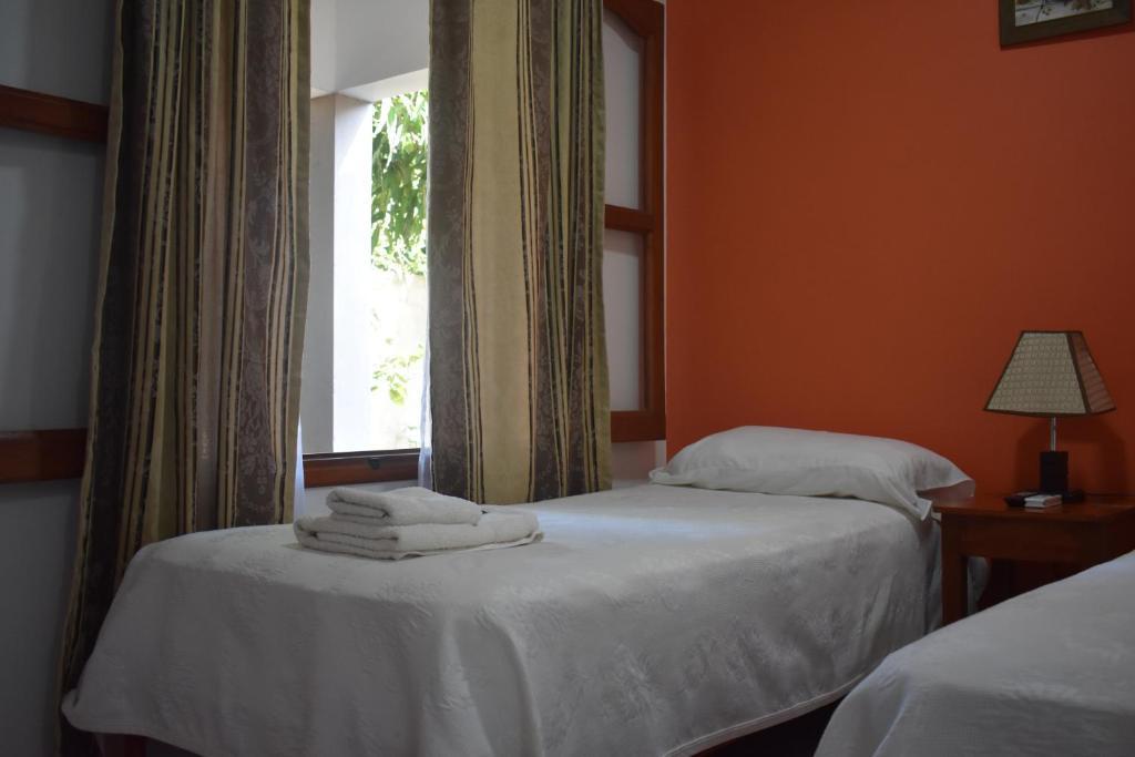 Una cama o camas en una habitación de Benitez Hostería
