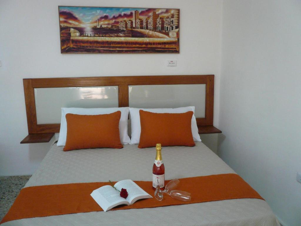 سرير أو أسرّة في غرفة في Hostal Málaga Habana
