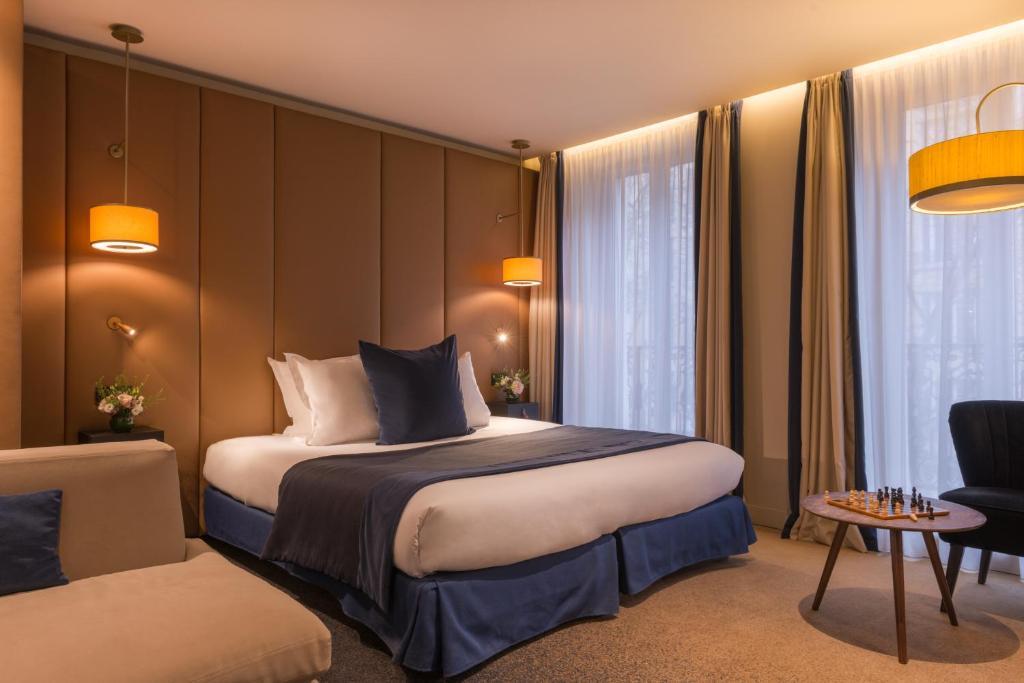 سرير أو أسرّة في غرفة في فندق دي لا بوردونيس