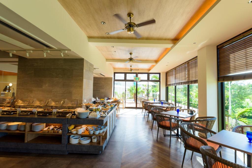 Un restaurant u otro lugar para comer en Best Western Okinawa Onna Beach