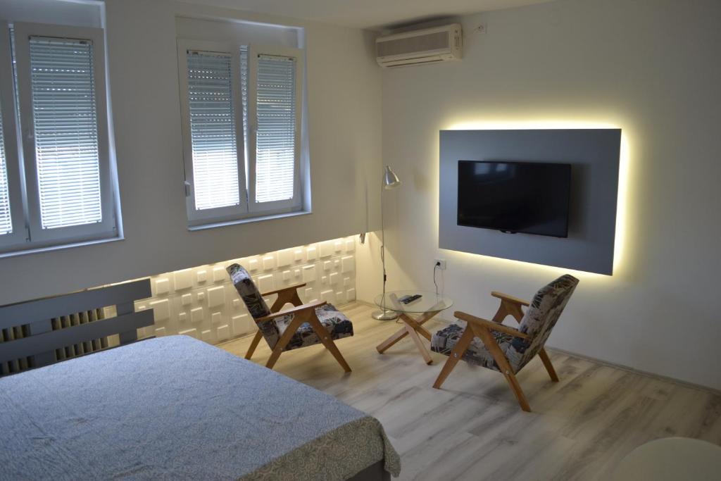 Una televisión o centro de entretenimiento en Lazarus Studio Apartment