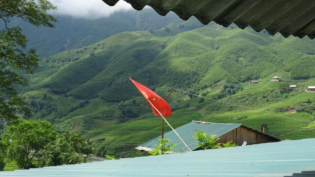 Cảnh núi rừng hoặc tầm nhìn ra núi từ chỗ nghỉ nhà dân