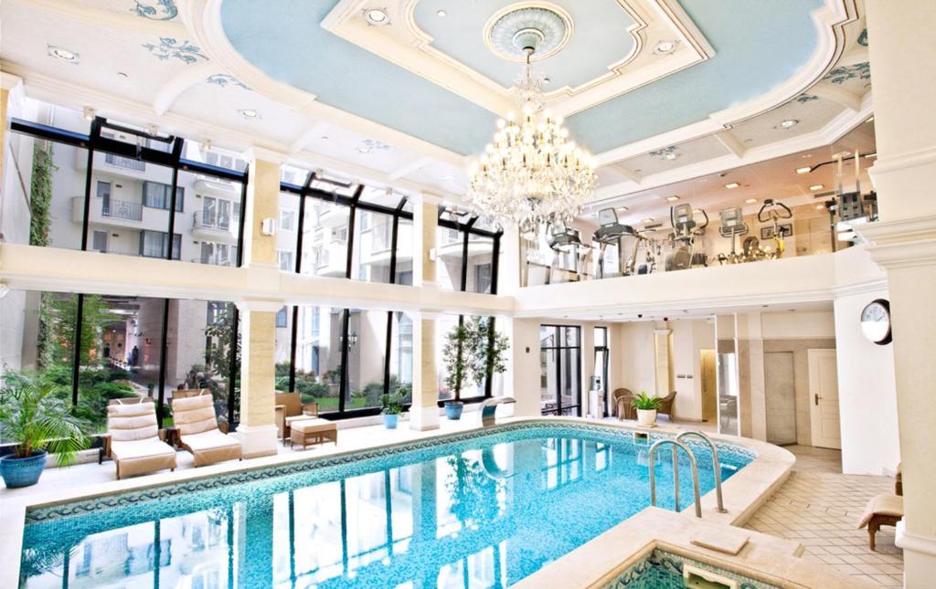 בריכת השחייה שנמצאת ב-Queen's Court Hotel & Residence או באזור