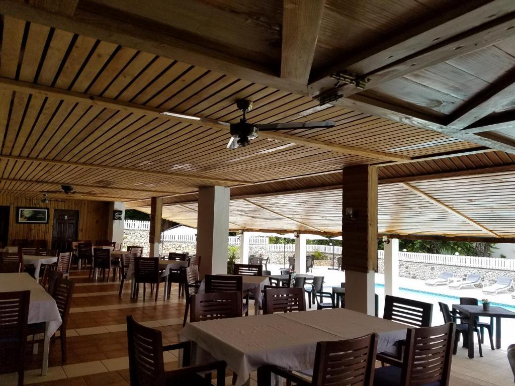 Un restaurant u otro lugar para comer en Hotel El Quemaito