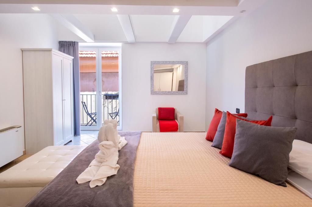 Una cama o camas en una habitación de Hotel Rivoli Sorrento