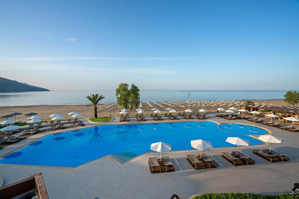 A piscina localizada em Pilot Beach Resort ou nos arredores