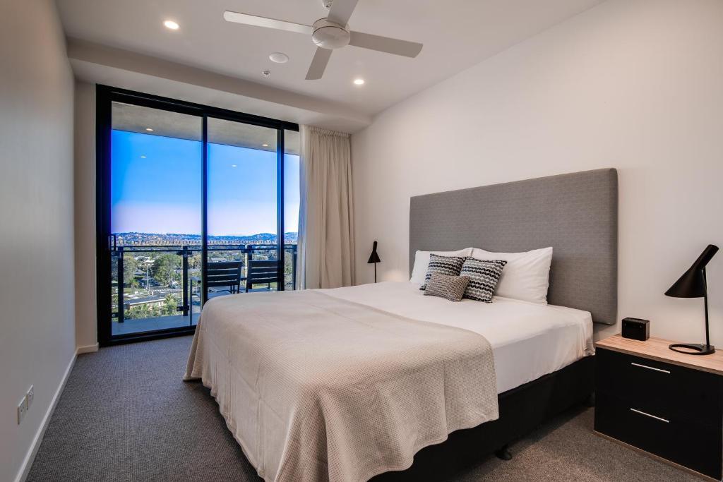 Una cama o camas en una habitación de Iconic Kirra Beach Resort