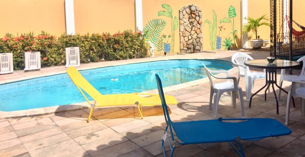 A piscina localizada em Brazuka Hostel & Pousada ou nos arredores