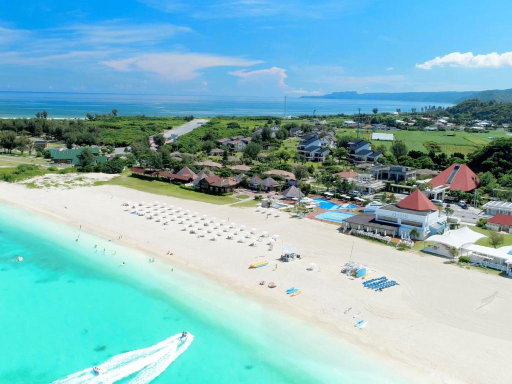 Uma vista aérea de Okuma Private Beach & Resort