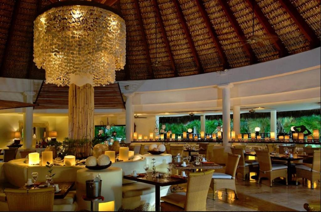Un restaurant u otro lugar para comer en Suites at Caribe Bavaro Beach Resort and Spa