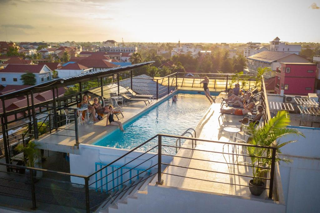 Uma vista da piscina em Onederz Siem Reap ou nos arredores