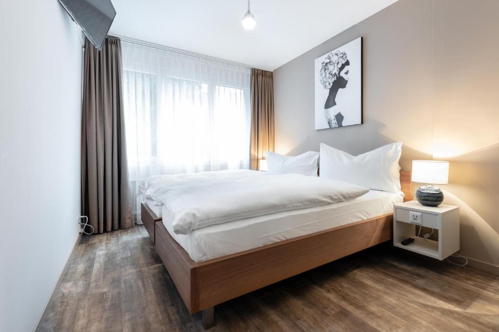 سرير أو أسرّة في غرفة في Hotel Birsighof