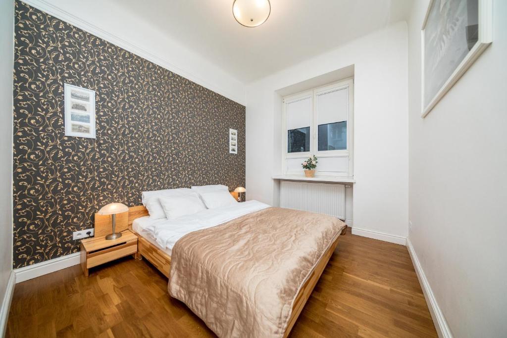 Cama ou camas em um quarto em ApartRooms Dmochowskiego