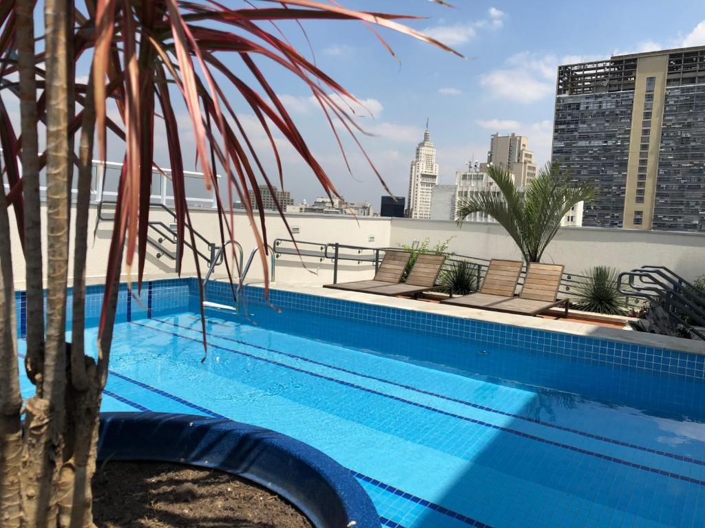 A piscina localizada em Sky Studio São Paulo ou nos arredores