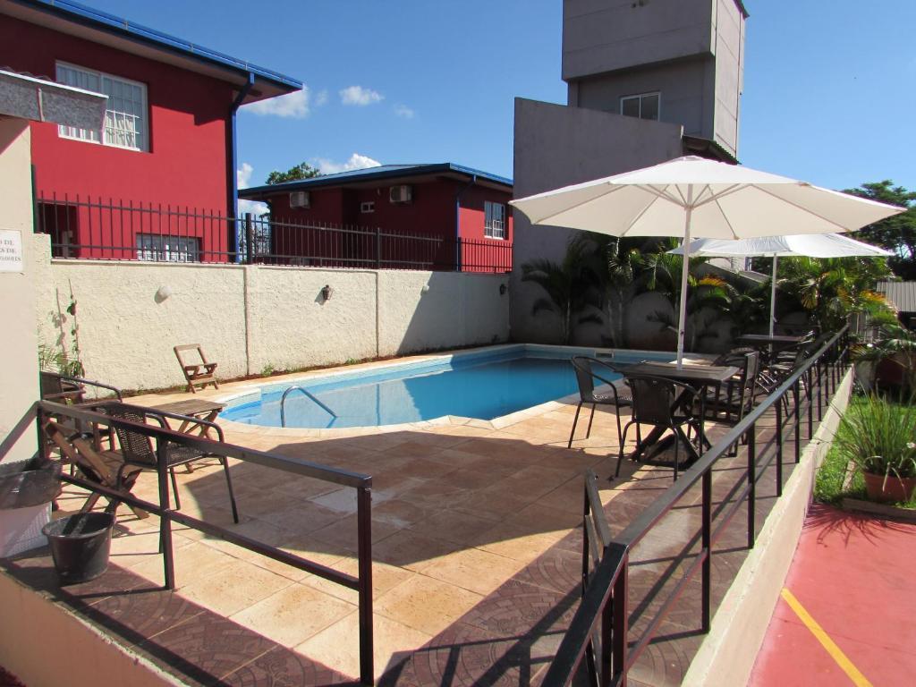Uma vista da piscina em Altos del Iguazu ou nos arredores