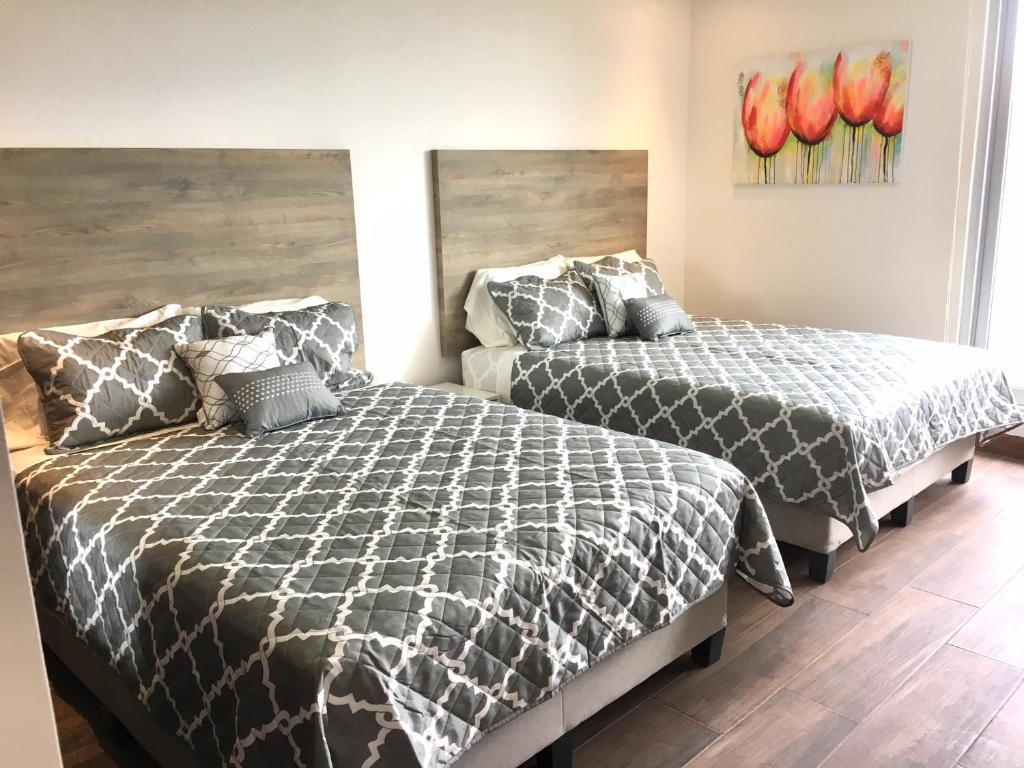 سرير أو أسرّة في غرفة في Xocolatique rooms