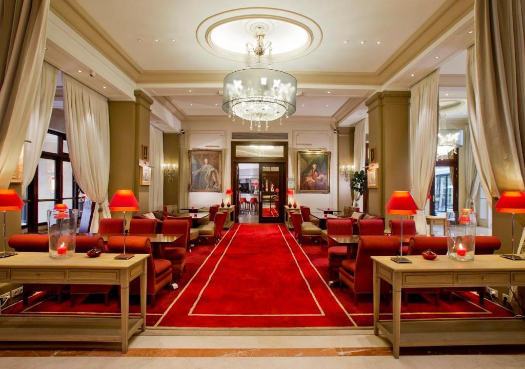 مطعم أو مكان آخر لتناول الطعام في فندق كاليفورنيا شانزليزيه