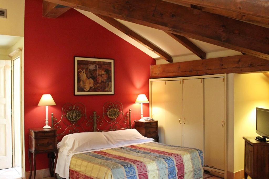 سرير أو أسرّة في غرفة في Albergo delle Drapperie
