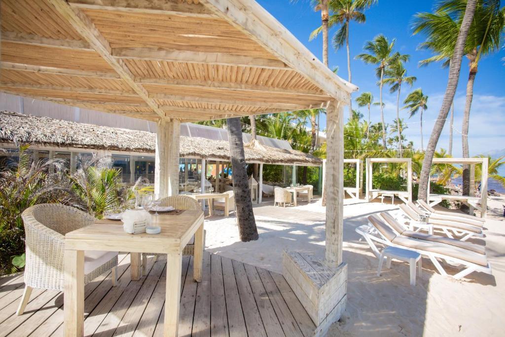 Un restaurant u otro lugar para comer en Chateau Del Mar Ocean Villa