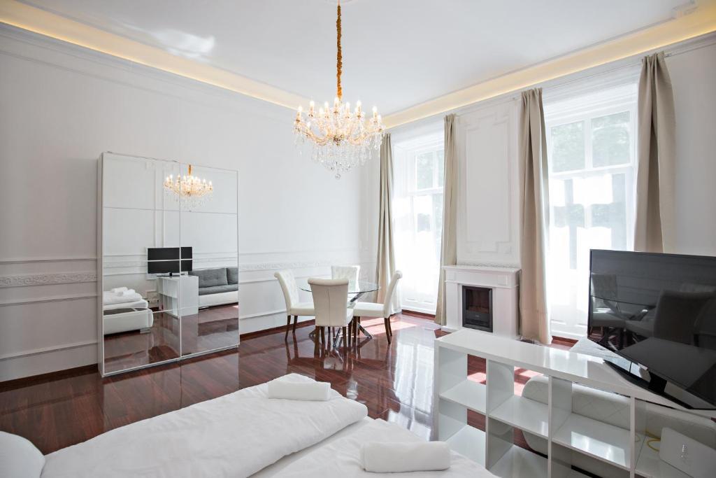 Una televisión o centro de entretenimiento en Royal Exclusive Apartments in Centre