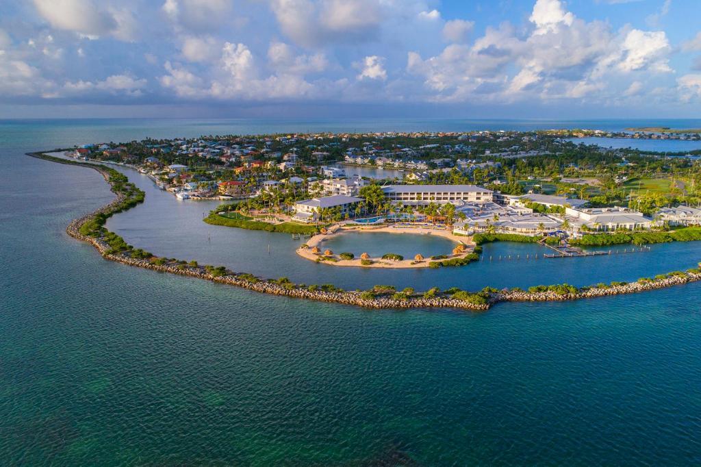 Uma vista aérea de Hawks Cay Resort