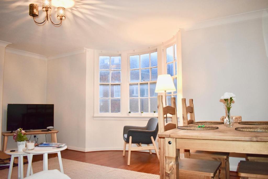 Uma área de estar em 1 Bedroom Central Flat