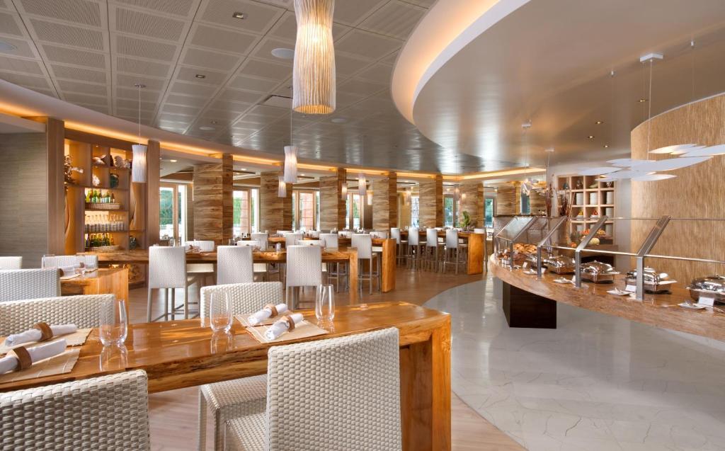 Un restaurant u otro lugar para comer en Tropicana Las Vegas a DoubleTree by Hilton Hotel and Resort