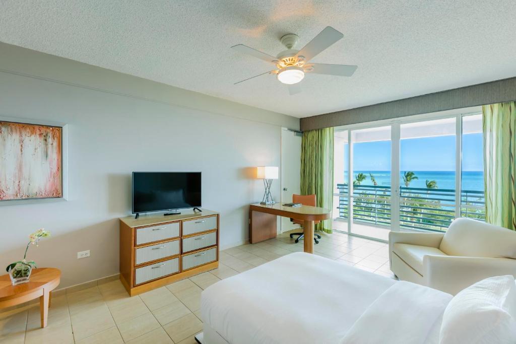 Una televisión o centro de entretenimiento en Hilton Ponce Golf & Casino Resort
