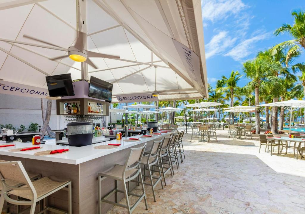 Un restaurant u otro lugar para comer en Hilton Ponce Golf & Casino Resort