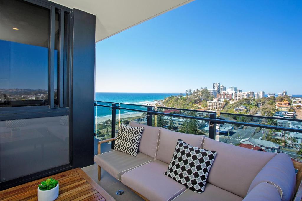 Un balcón o terraza en Iconic Kirra Beach Resort