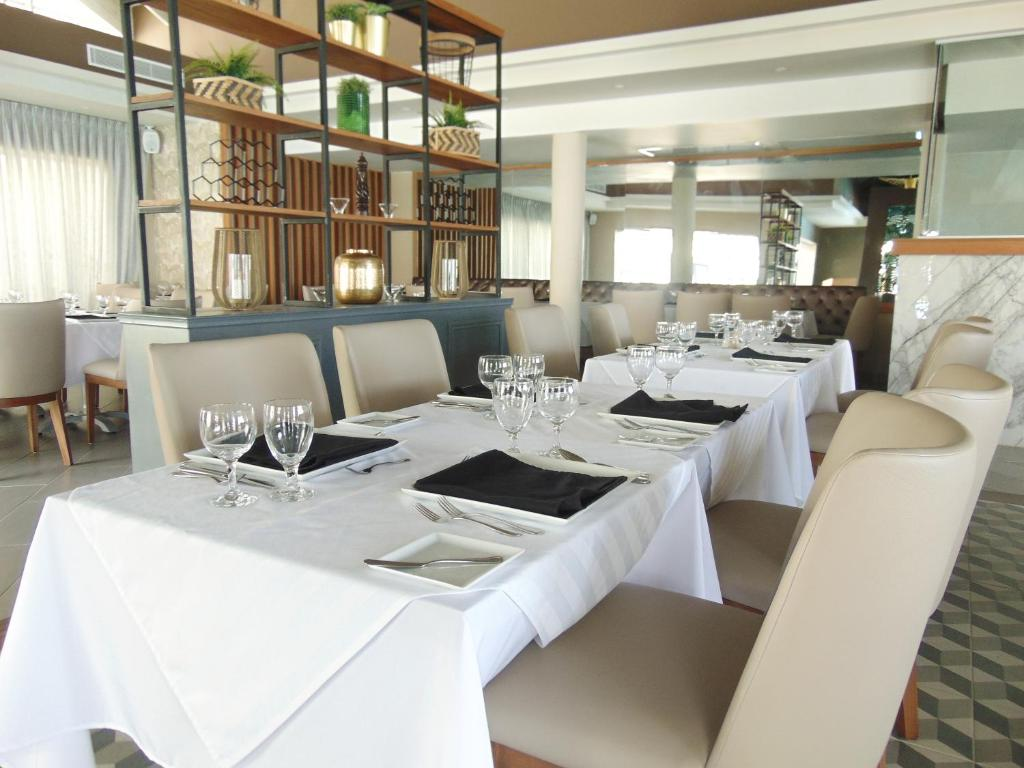 Un restaurant u otro lugar para comer en Casa Marina Beach & Reef All Inclusive