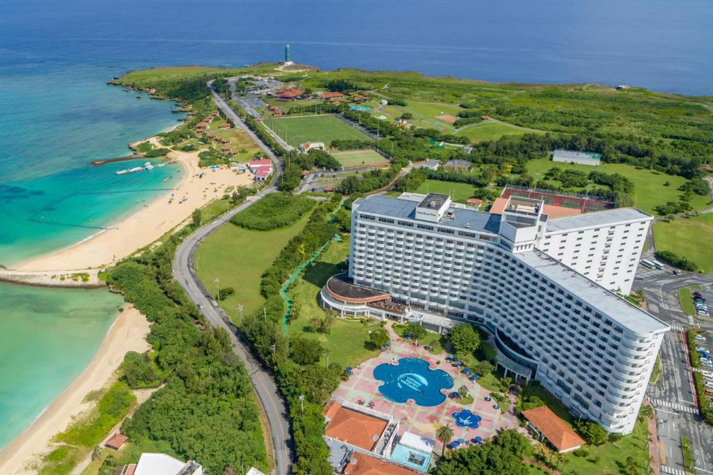 Una vista aérea de Royal Hotel Okinawa Zanpamisaki