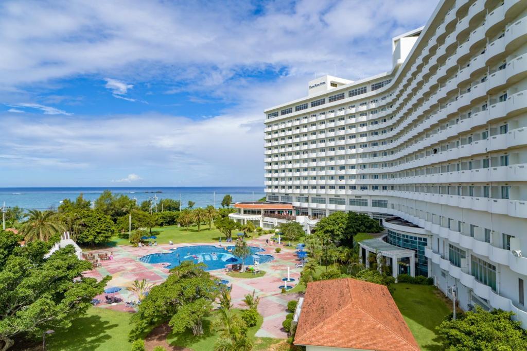 Una vista de la pileta en Royal Hotel Okinawa Zanpamisaki o alrededores