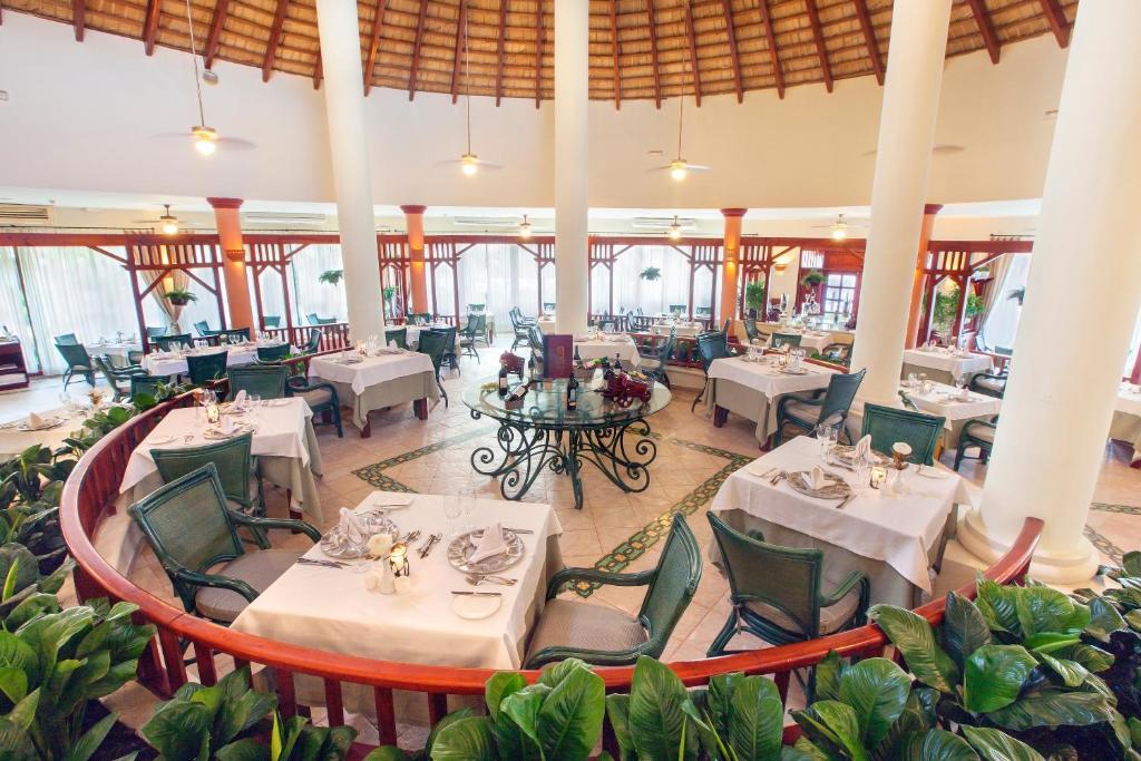 Un restaurant u otro lugar para comer en Grand Bahia Principe Punta Cana