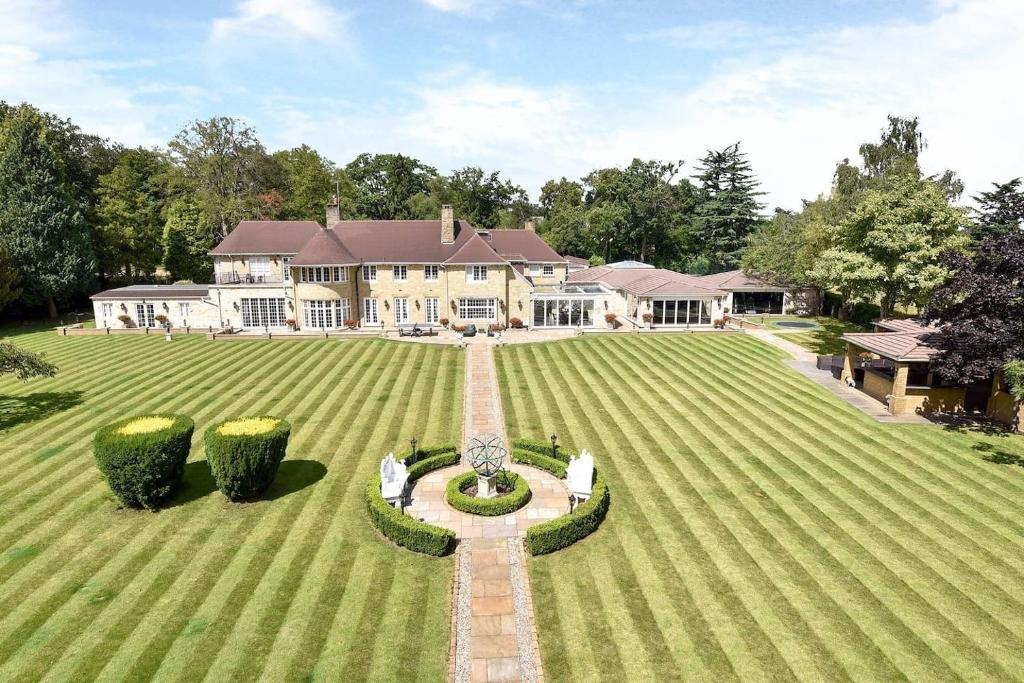 ENTIRE VILLA 12500 Sqft House In 90 Acres 18 Mins From London