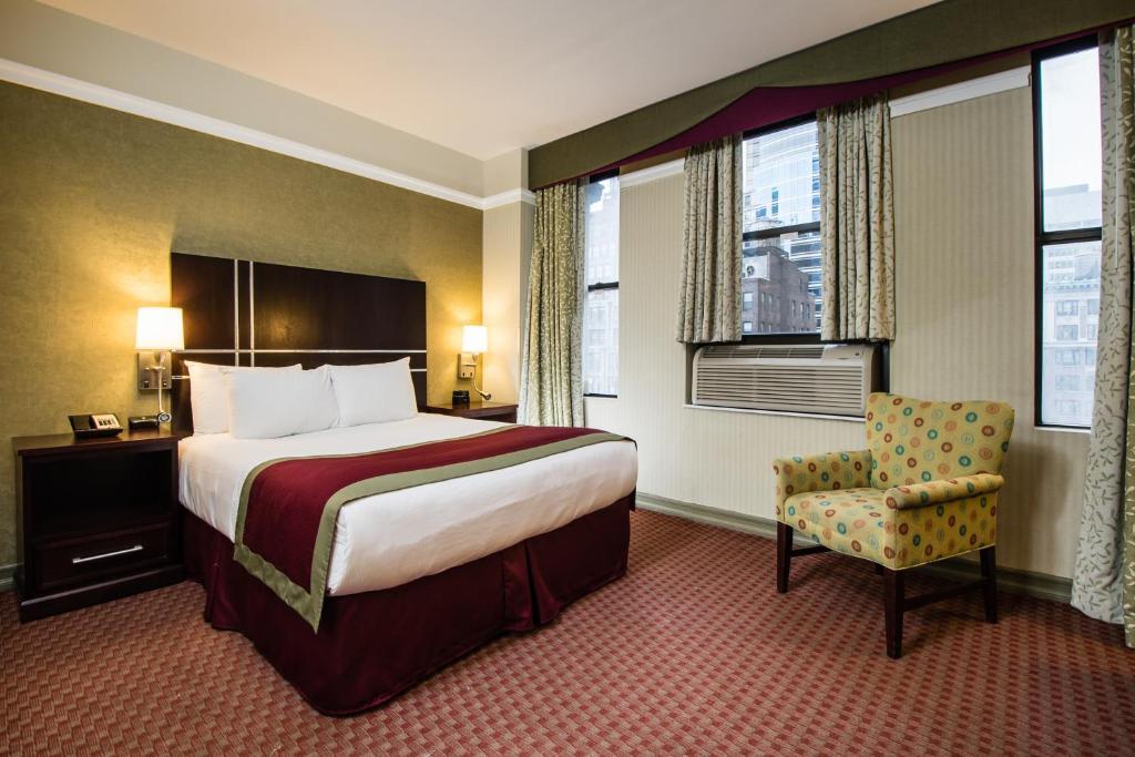 Una cama o camas en una habitación de The Hotel at Times Square