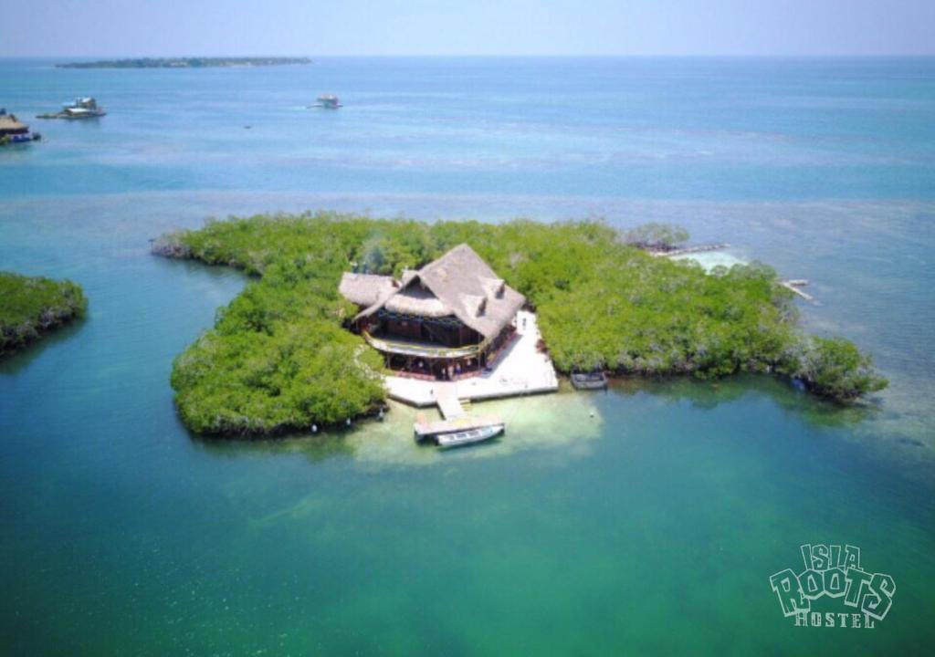 Isla roots hostel col mbia tintipan island for La mansion casa hotel apurimac