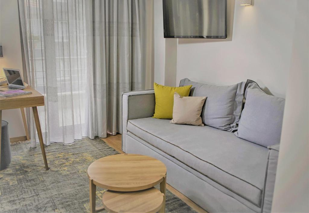 Uma área de estar em Mirivili Rooms & Suites