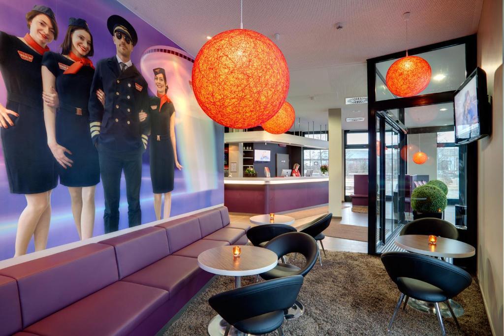 הלאונג' או אזור הבר ב-MEININGER Hotel Frankfurt Main / Airport
