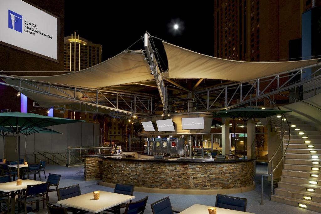 La sala de estar o bar de Elara by Hilton Grand Vacations - Center Strip