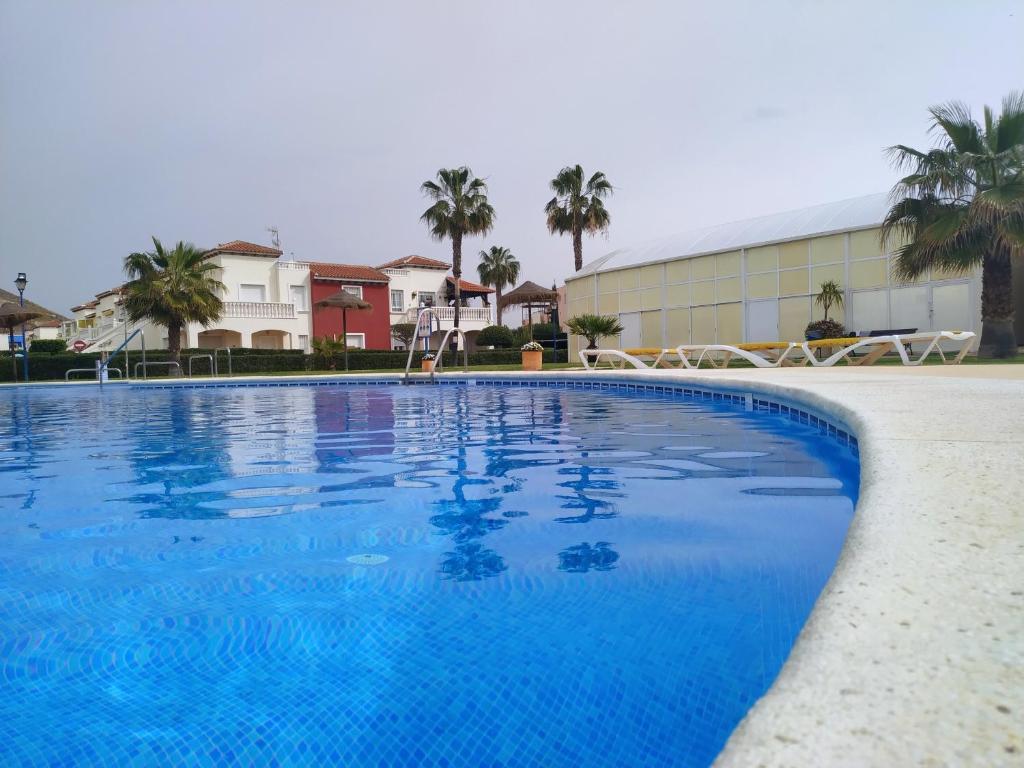 816807fb6c95 A piscina localizada em Apartamento Naturista con jardín. Junto a la playa  ou nos arredores