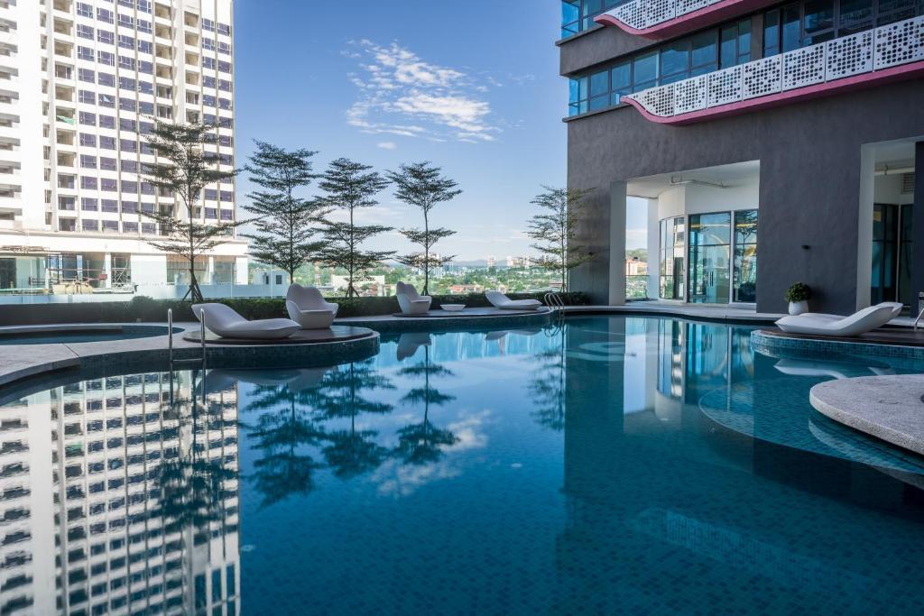 المسبح في OYO Home 916 Elegant 2BR Arte Plus أو بالجوار