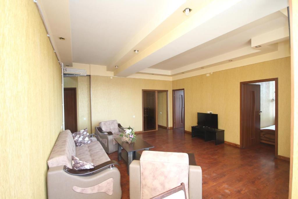 Khu vực ghế ngồi tại Large apartment in the city center.