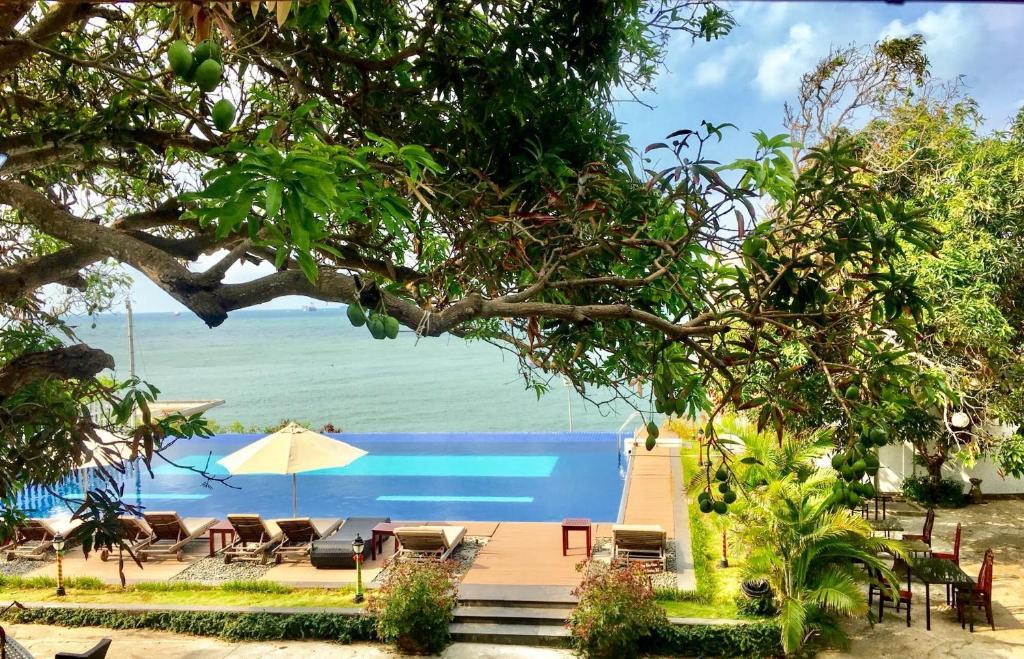 Hồ bơi trong/gần Leman Cap Resort & Spa