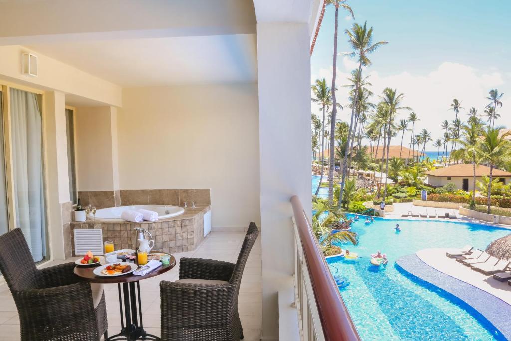 Una vista de la pileta en Majestic Mirage Punta Cana, All Suites – All Inclusive o alrededores