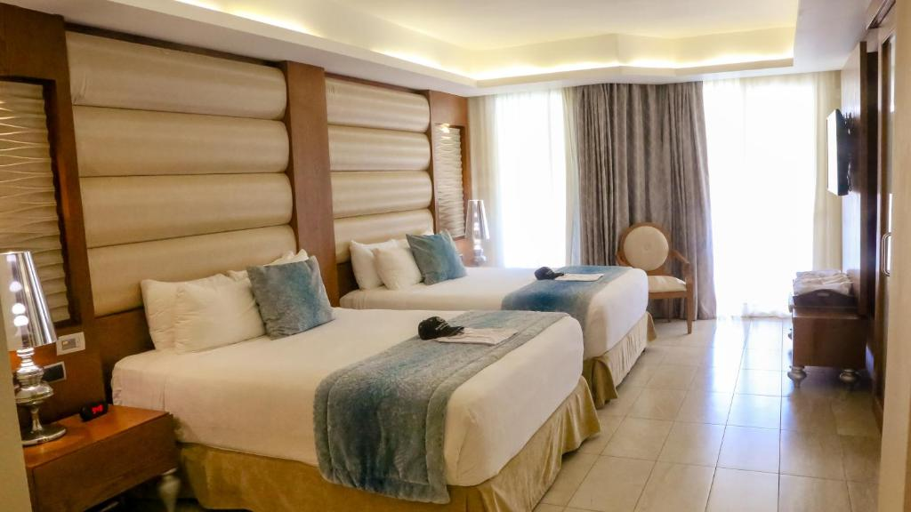 Una cama o camas en una habitación de Majestic Mirage Punta Cana, All Suites – All Inclusive