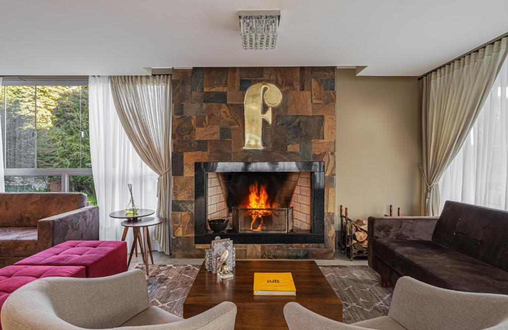 Uma área de estar em Hotel Fioreze Primo