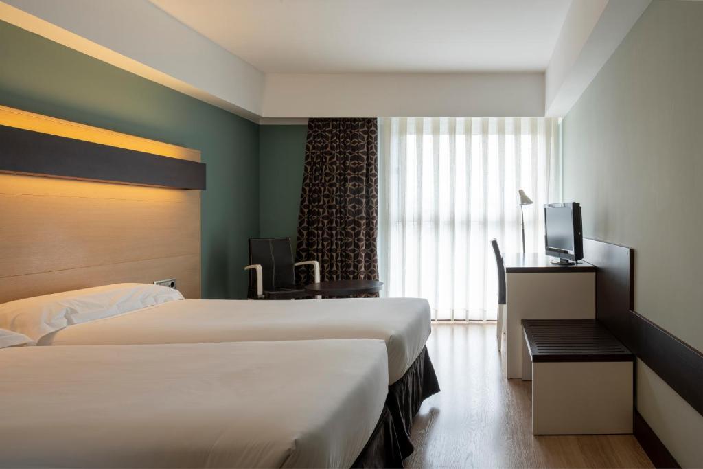 Giường trong phòng chung tại Hotel Ciudad de Logroño