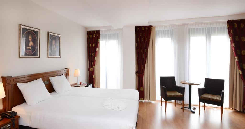 Una cama o camas en una habitación de Amrâth Grand Hotel Frans Hals