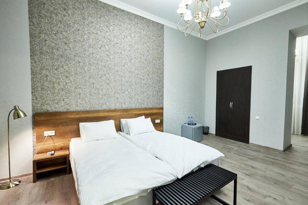 Una cama o camas en una habitación de 2nd Floor Tbilisi